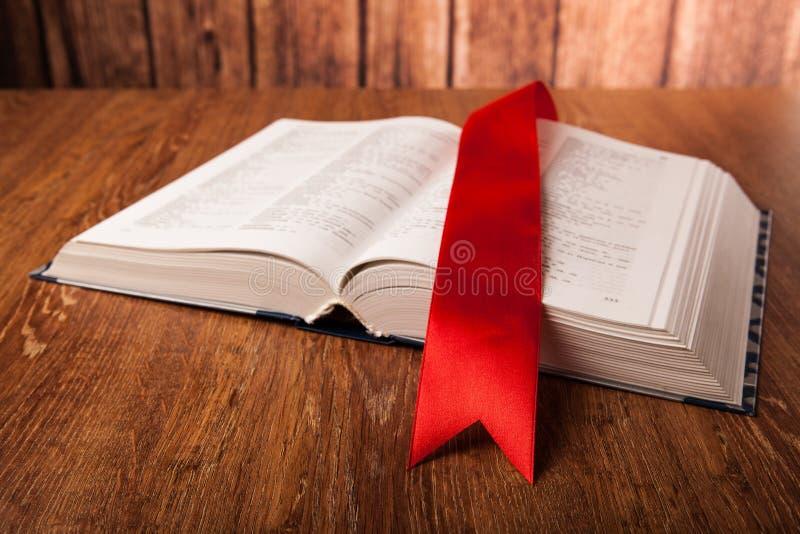Großes Buch mit Bookmark lizenzfreie stockfotos