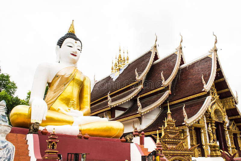 Großes Buddha-Bild am goldenen Dreieck in Ubosot Wat Raja Mon Thian stockbild