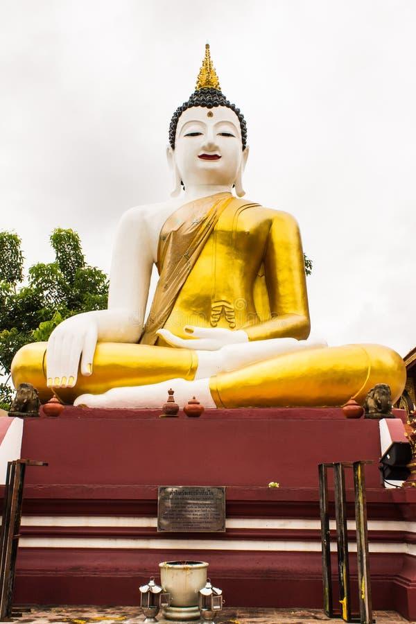 Großes Buddha-Bild am goldenen Dreieck in Ubosot Wat Raja Mon Thian lizenzfreies stockbild