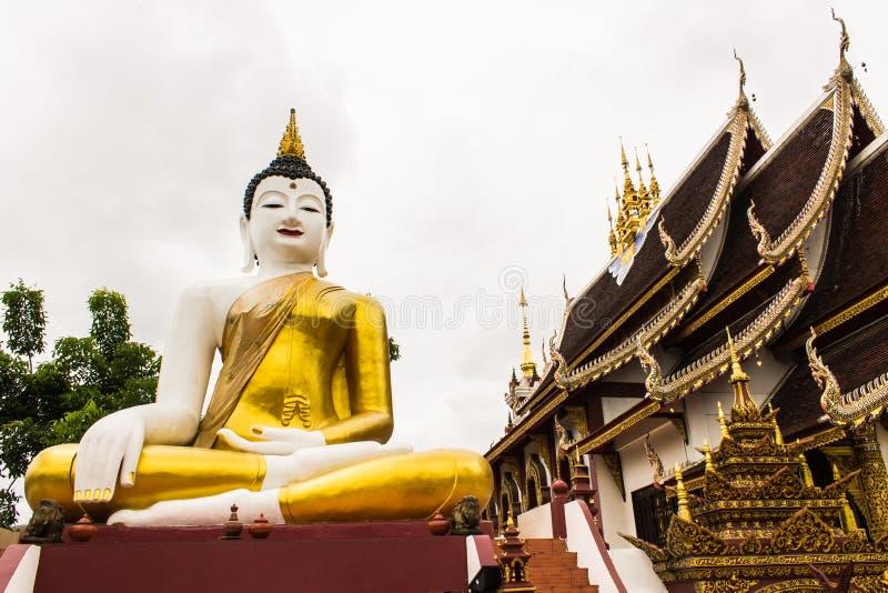 Großes Buddha-Bild am goldenen Dreieck in Ubosot Wat Raja Mon Thian lizenzfreie stockfotos