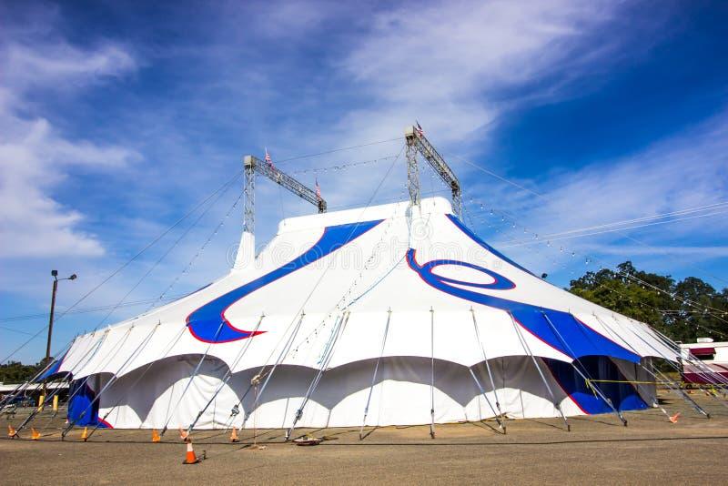 Großes buntes Blau-und weißeszirkus-Zelt stockbilder