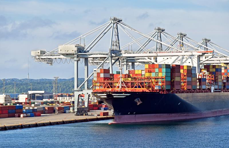 Großes Containerschiff hat im Hafen O angekoppelt und ist Be- und Entladung stockfotografie