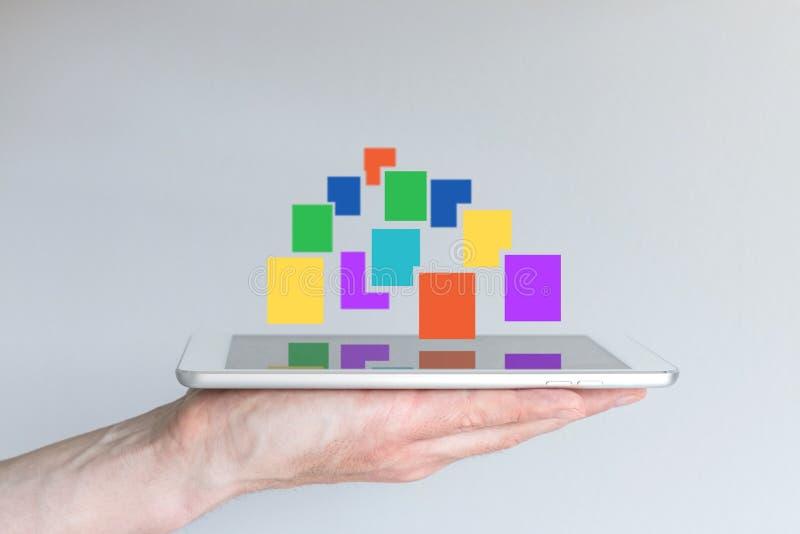 Großes Datenkonzept mit der Hand, die Smartphone hält und umfangreich von den Daten lizenzfreies stockfoto