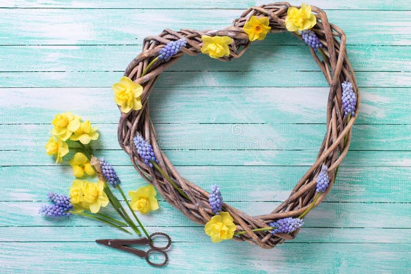 Großes dekoratives Herz und heller Frühling blüht auf Aquamarin w stockfotografie