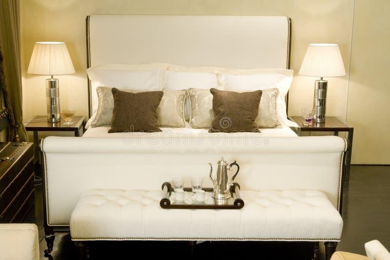 Großes doppeltes Bett stockbild