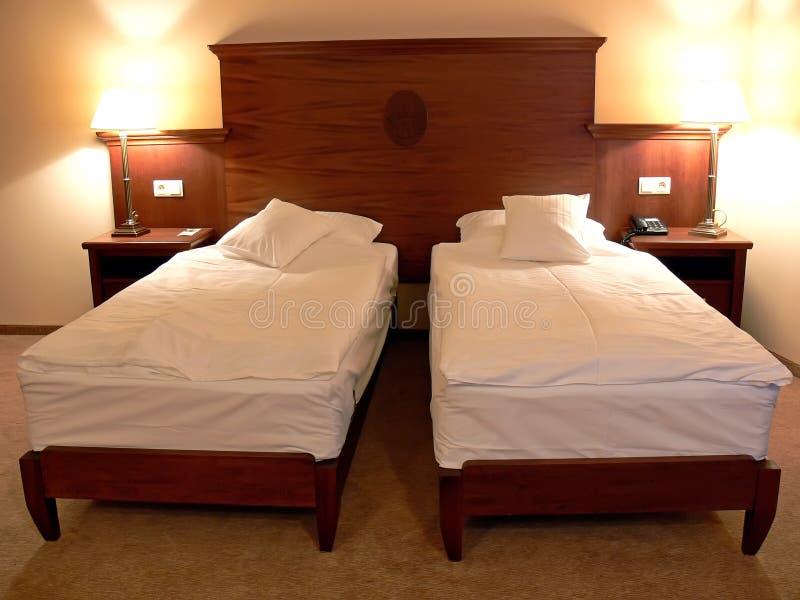 Großes doppeltes Bett stockfoto