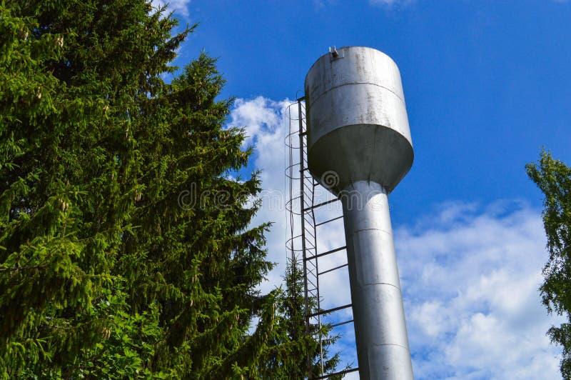 Großes Eisenmetallglänzender rostfreier Brauchwasserturm für Lieferungswasser mit einer großen Kapazität, Fass gegen den blauen H stockbild