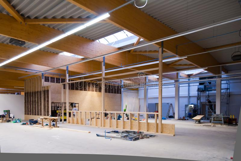 großes Fabrikgebäude wird in ein Lager umgewandelt stockfotos