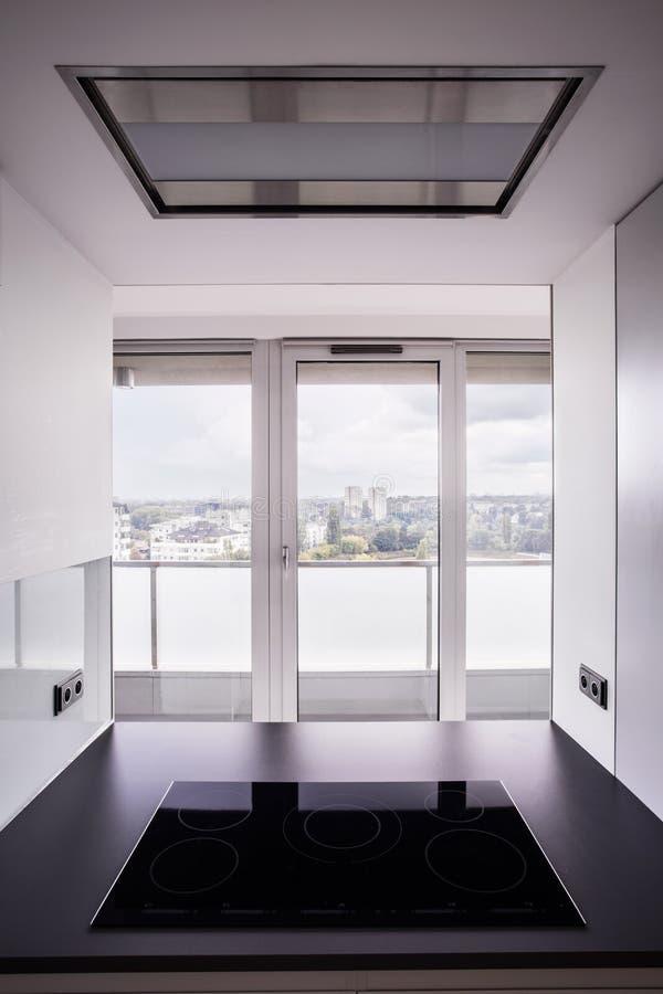Großes Fenster In Der Zeitgenössischen Küche Stockfoto - Bild von ...