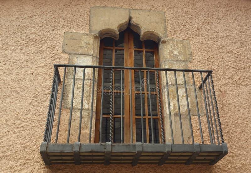 großes Fenster, Stein und Balkon stockfotos