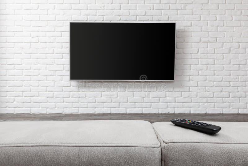 Großes Fernsehen auf der weißen Wand stockfotos