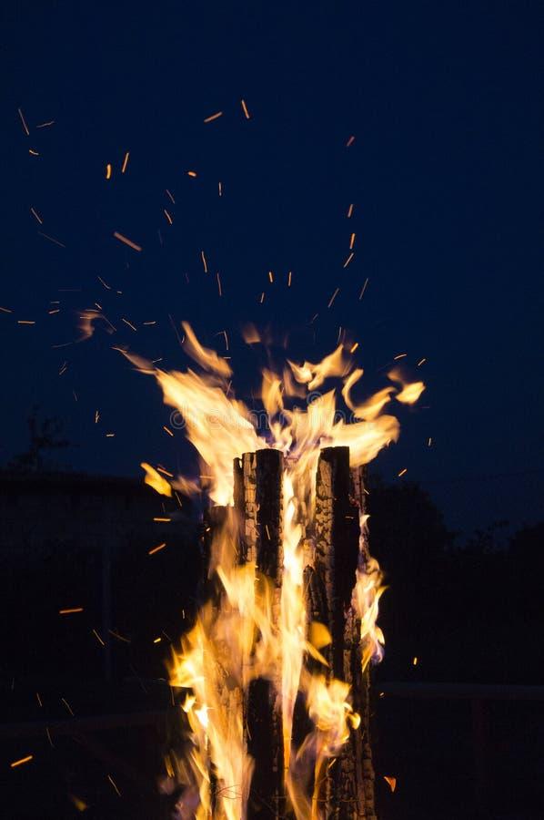 Großes Feuer gegen blauen nächtlichen Himmel lizenzfreie stockfotos