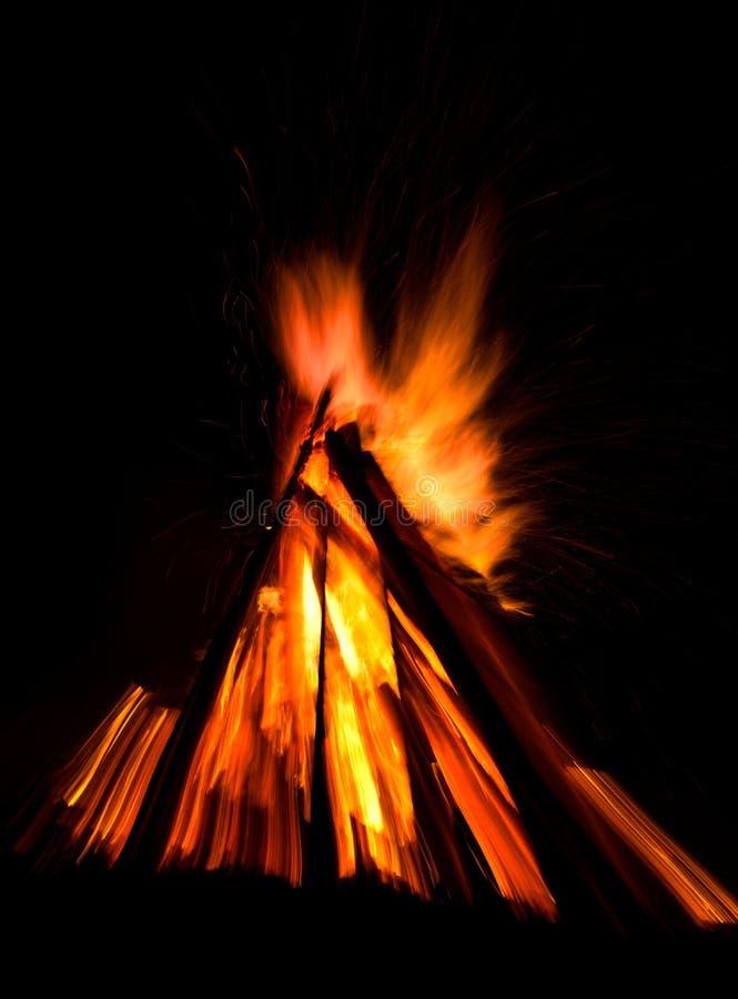 Großes Feuer gegen dunklen nächtlichen Himmel stockbild