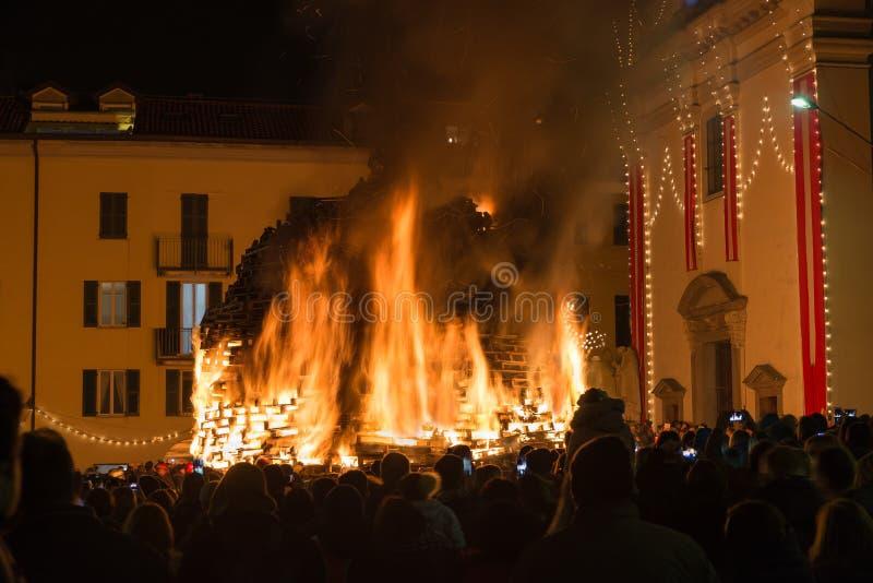 Großes Feuer nachts Feuer von St Anthony, Varese, Italien stockfotografie