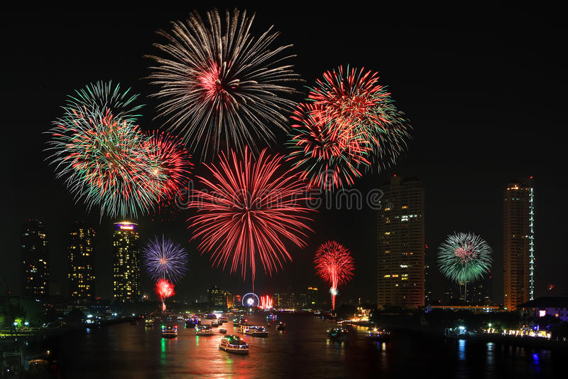 Großes Feuerwerk über Stadt stockfotos