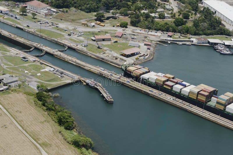 Großes Frachtschiff, das Gatun-Verschlüsse herausnimmt lizenzfreie stockbilder