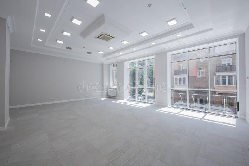 Großes Freiluftbüro ohne die Möbel für die Verhandlung mit Kunden, hergestellt in den grauen Tönen mit großen panoramischen Fenst lizenzfreies stockfoto