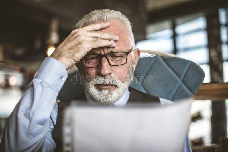 Großes Geschäft macht große Probleme Älterer Geschäftsmann stockbild