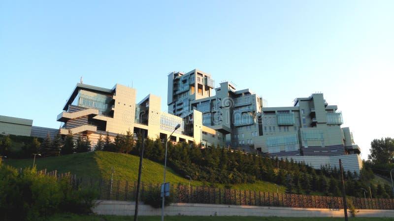 Großes grünes Gebäude in der modernen Art in Kasan stockfotos