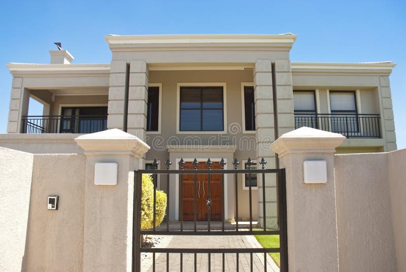 Großes Haus hinter Gatter lizenzfreies stockfoto