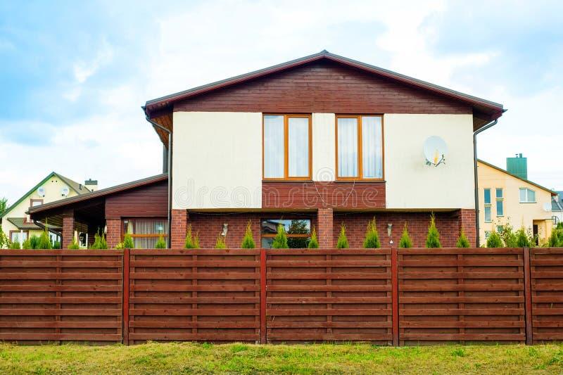 Großes Haus mit einem Zaun herum lizenzfreies stockbild