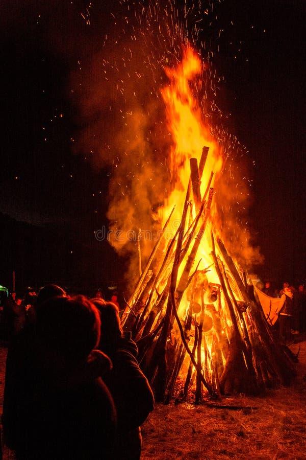 Großes helles Feuer an einer Feier im ukrainischen Dorf Ukraine 2017 Jahre stockfotografie