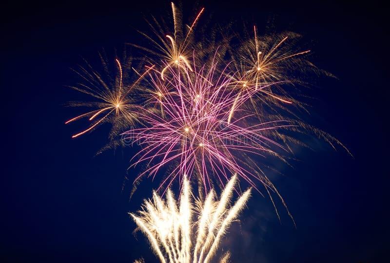 Großes helles, spritzt und Brunnen, mehrfarbige Feuerwerke gegen den nächtlichen Himmel stockfotos