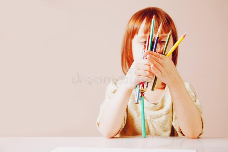 Großes Künstler Cute-Kindermädchen, das mit Farbbleistiften zeichnet lizenzfreie stockbilder
