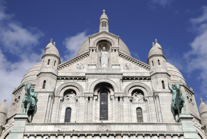 Großes Kirchegebäude mit Status stockfotos