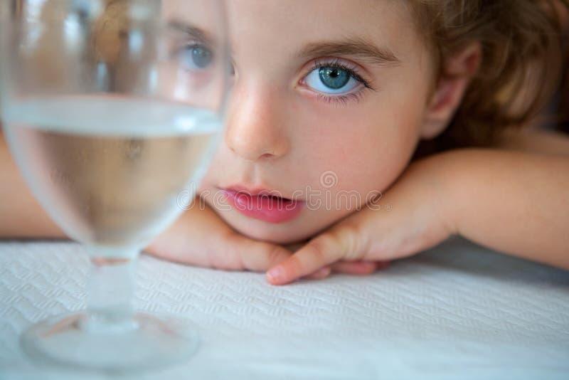 Großes Kleinkindmädchen der blauen Augen, das Kamera von einer Wasserschale betrachtet lizenzfreies stockfoto
