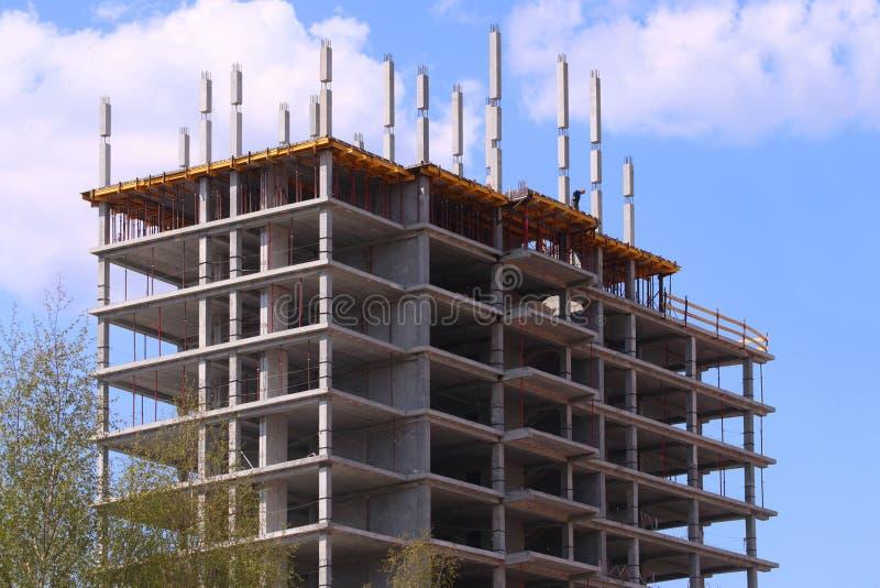 Großes konkretes Wohngebäude auf Baustelle lizenzfreies stockbild