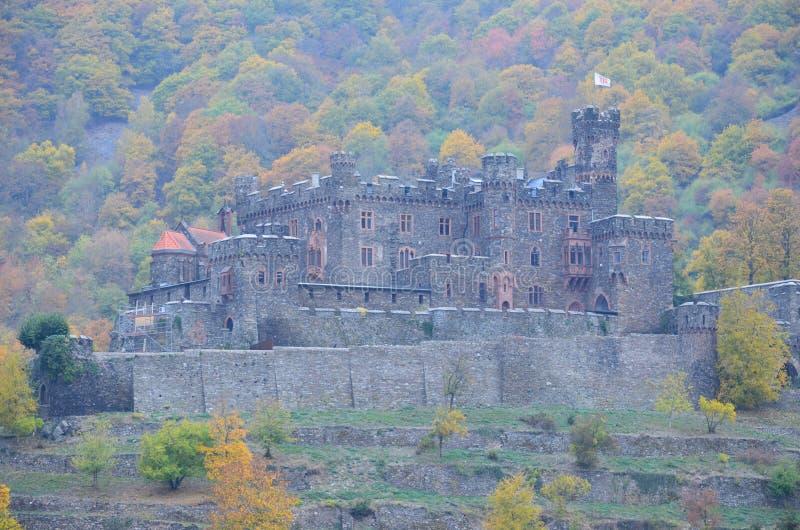 Großes konserviertes Schloss auf dem Rhein stockbilder