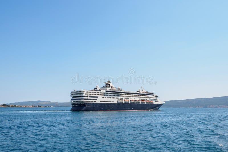 Großes Kreuzschiff im adriatischen Meer lizenzfreie stockbilder
