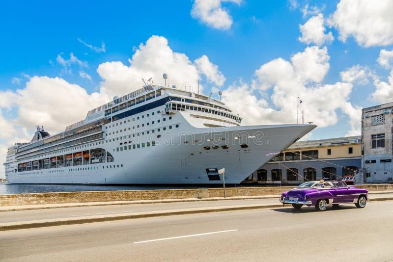 Großes Kreuzschiff koppelte im Hafen von Havana und von Straße mit Retro- altem an stockbild