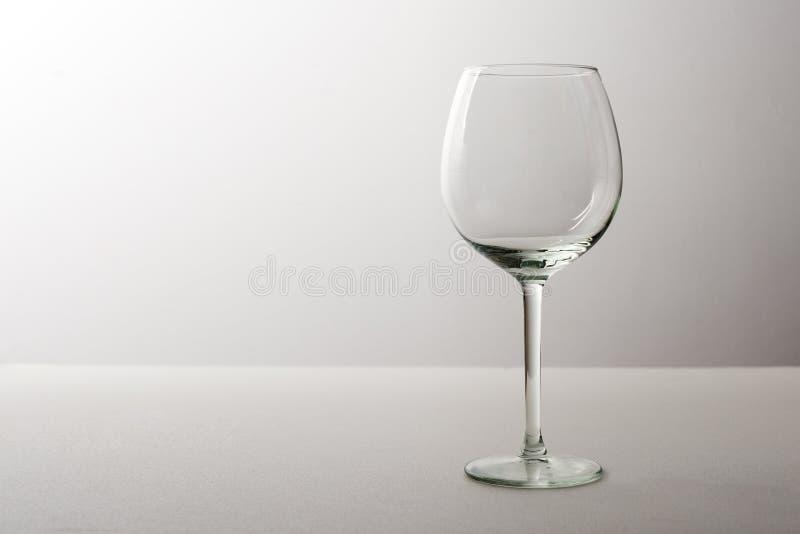 Großes leeres transparentes Glas/Glas des Weins, der auf einem grauen Hintergrund steht stockfotos
