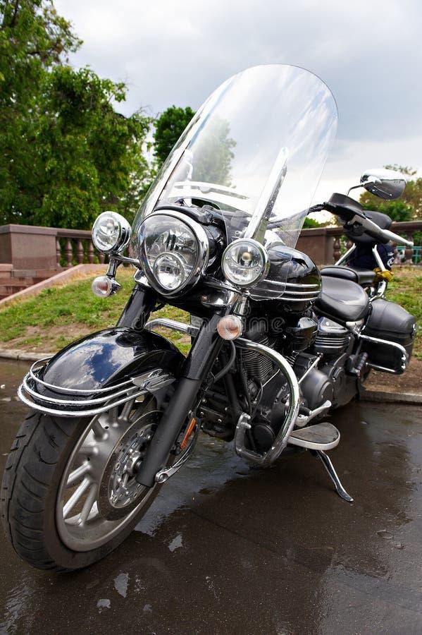 Großes leistungsfähiges klassisches schwarzes Luxuxmotorrad stockbild