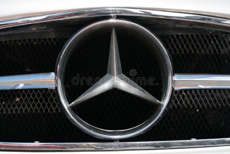 Großes Mercedes Benz-Heizkörperextralogo auf einem alten Abschluss des Timer-Sportautos oben lizenzfreie stockbilder