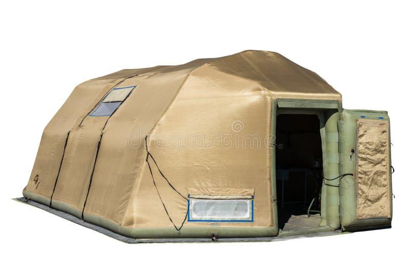 Großes militärisches aufblasbares kakifarbiges Zelt lokalisiert auf Weiß stockbild