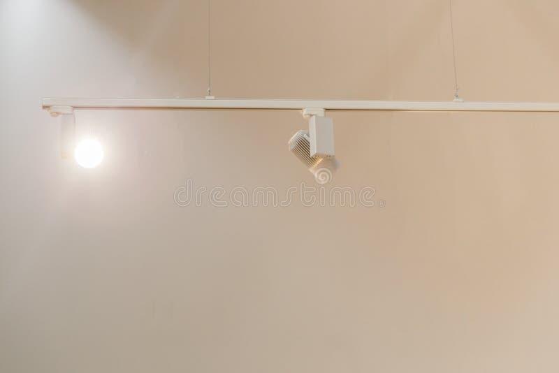 Großes modernes Lagerhaus mit einigen Waren lizenzfreie stockbilder