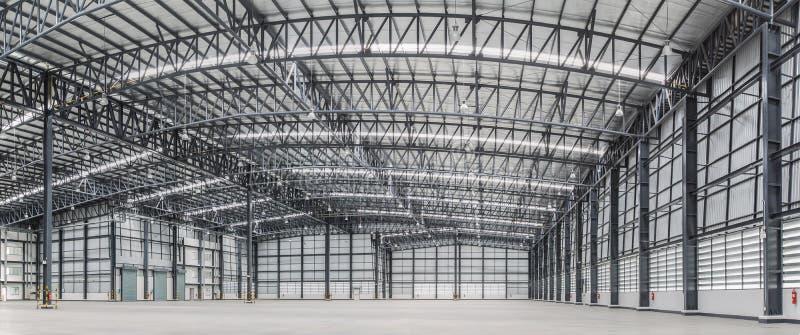 Großes modernes Lagerhaus mit einigen Waren lizenzfreie stockfotografie