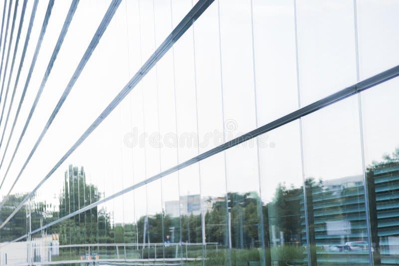 Großes modernes minimalistic GlasBürogebäude nahe See stockfotografie