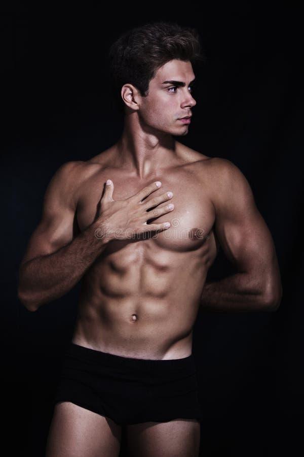 Großes, muskulöses Modell des jungen Mannes in der Unterwäsche stockfoto