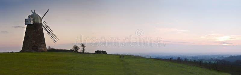 Großes Panorama der Windmühle am Sonnenuntergang lizenzfreies stockbild