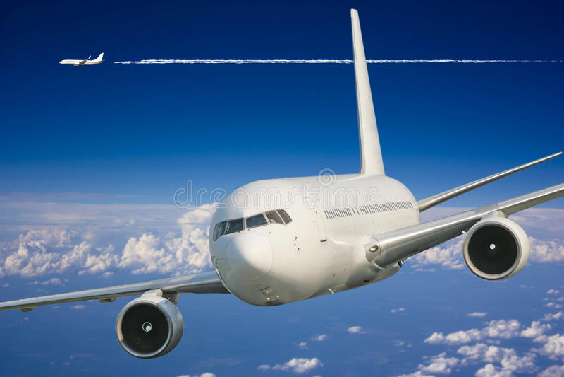 Großes Passagierflugzeug im blauen Himmel stockbild