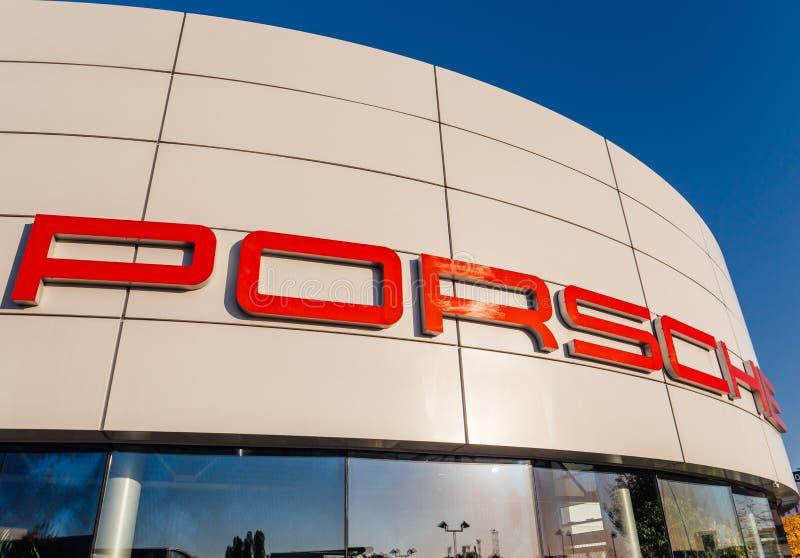 Großes Porsche-Firmenzeichen auf der Fassade des Auto-Vertragshändlers lizenzfreie stockbilder