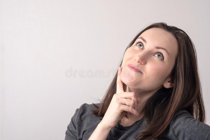 Großes Porträt der jungen Frau mit einem träumerischen Blick Platz f?r Text stockfotos
