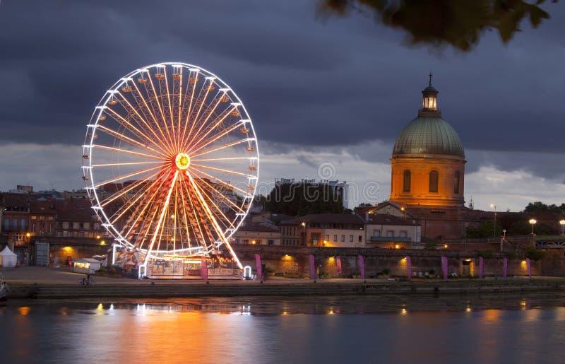 Großes Rad nachts mit Lichtern und der Haube lizenzfreie stockbilder