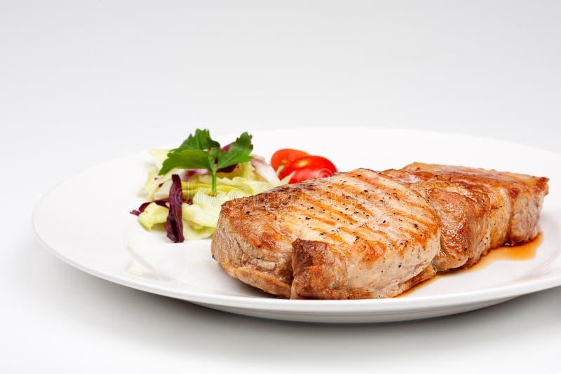Großes Rindfleischsteak mit Gemüse stockbild