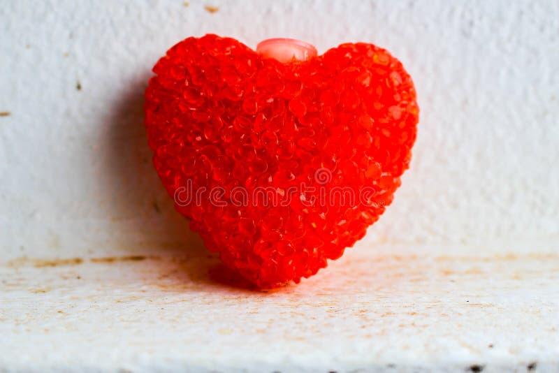 Großes Rot gestaltete Herz auf einem weißen Hintergrund render stockbilder