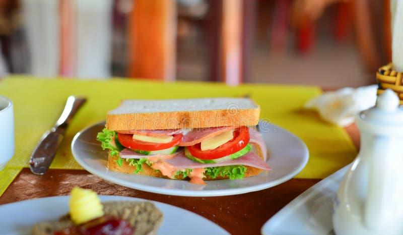 Großes Sandwich mit Frischgemüse stockfoto
